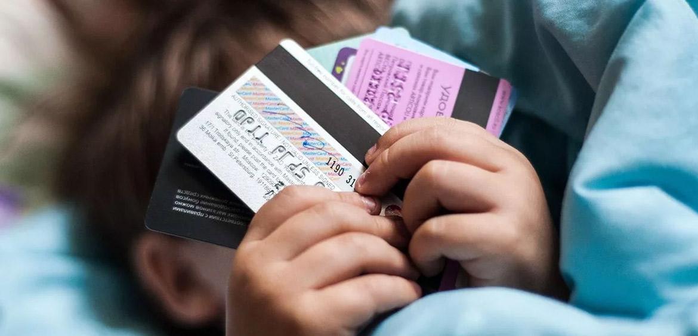 За счетами подростков могут ввести родительский контроль