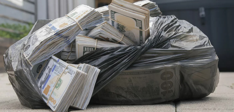 Жертвы телефонных мошенников выбрасывают деньги в окно