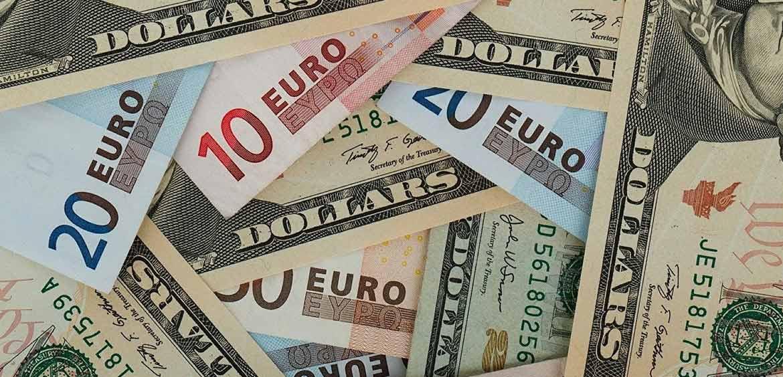 Остатки на валютных счетах россиян достигли максимума